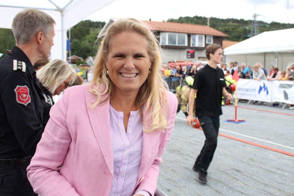 Samfunnssikkerhetsminister Ingvil Tybring-Gjedde var til stede for å få meg seg historiens første brannsportarrangement i Norge.